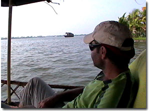 en una barca en los backwaters