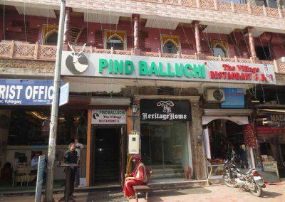 Hotel en una calle de Paharganj Delhi