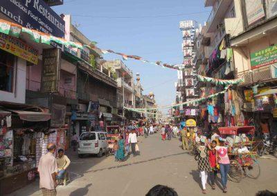 Calle de Paharganj en Delhi con gente