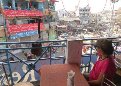 Sentada en un restaurante de Paharganj