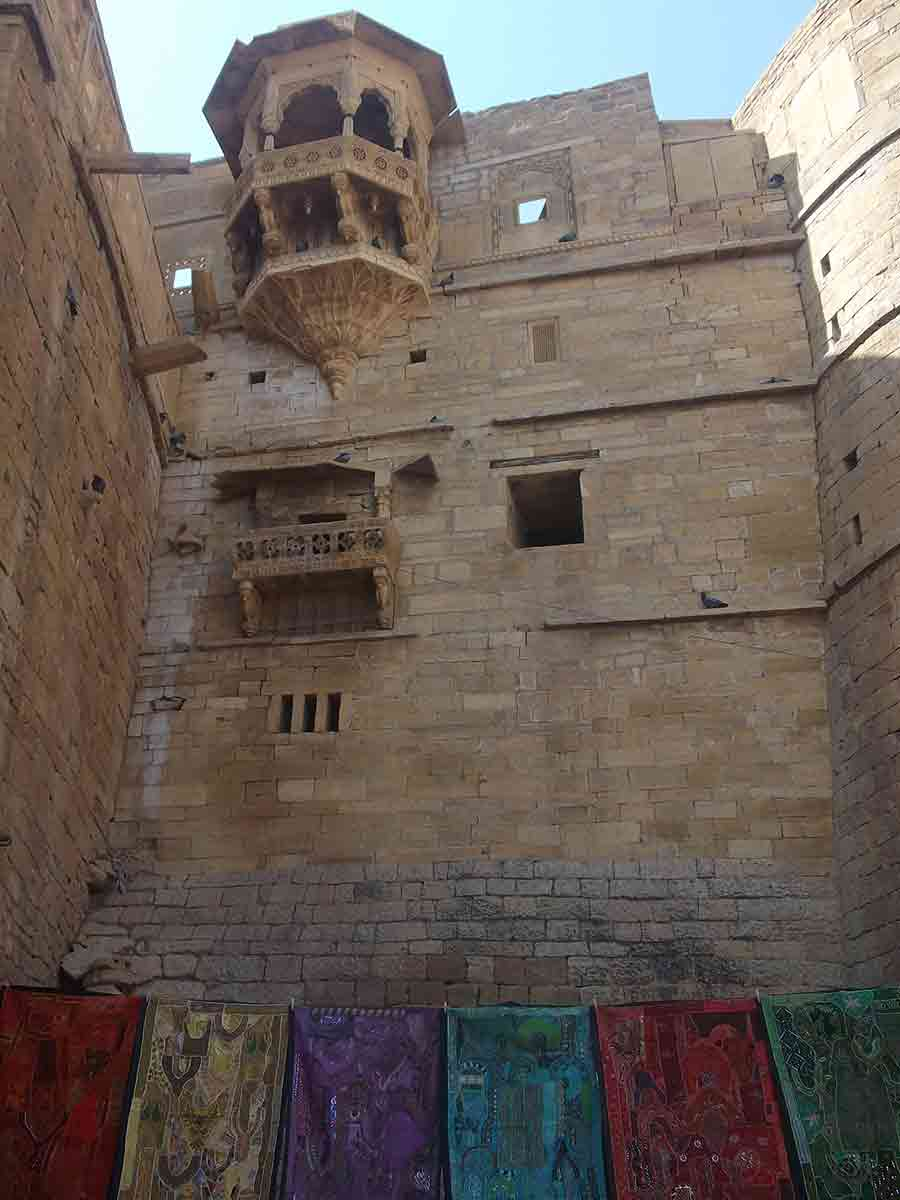 Telas cerca de la Muralla de Jaisalmer