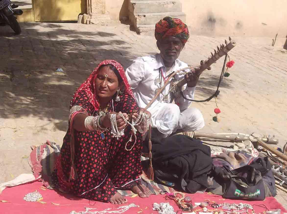 Lugareños vendiendo pulseras en Jaisalmer