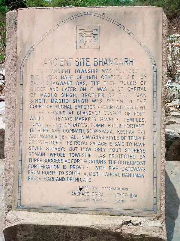 Panel informativo del Fuerte Bhangarh