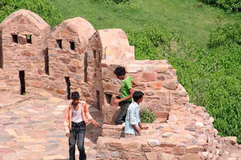Niños en el Fuerte Bhangarh
