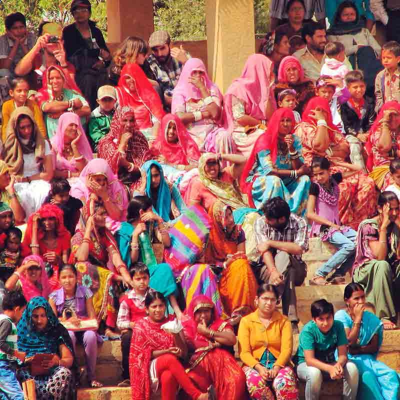 Gente viendo el Festival de Jaisalmer