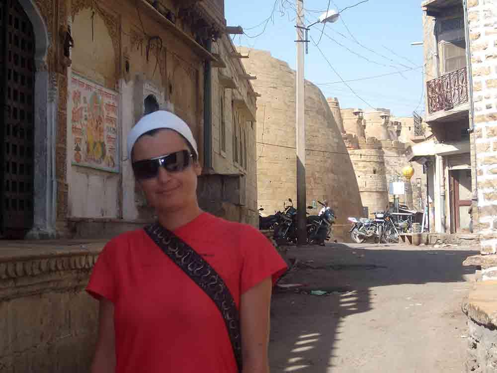 Chica en una calle de Jaisalmer