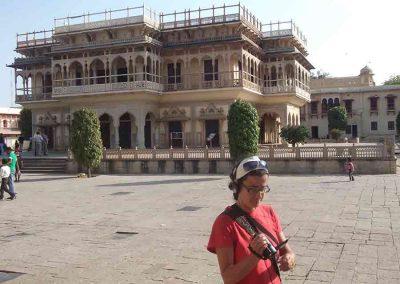 Escuchando audio-guía en el Palacio Ciudad Jaipur