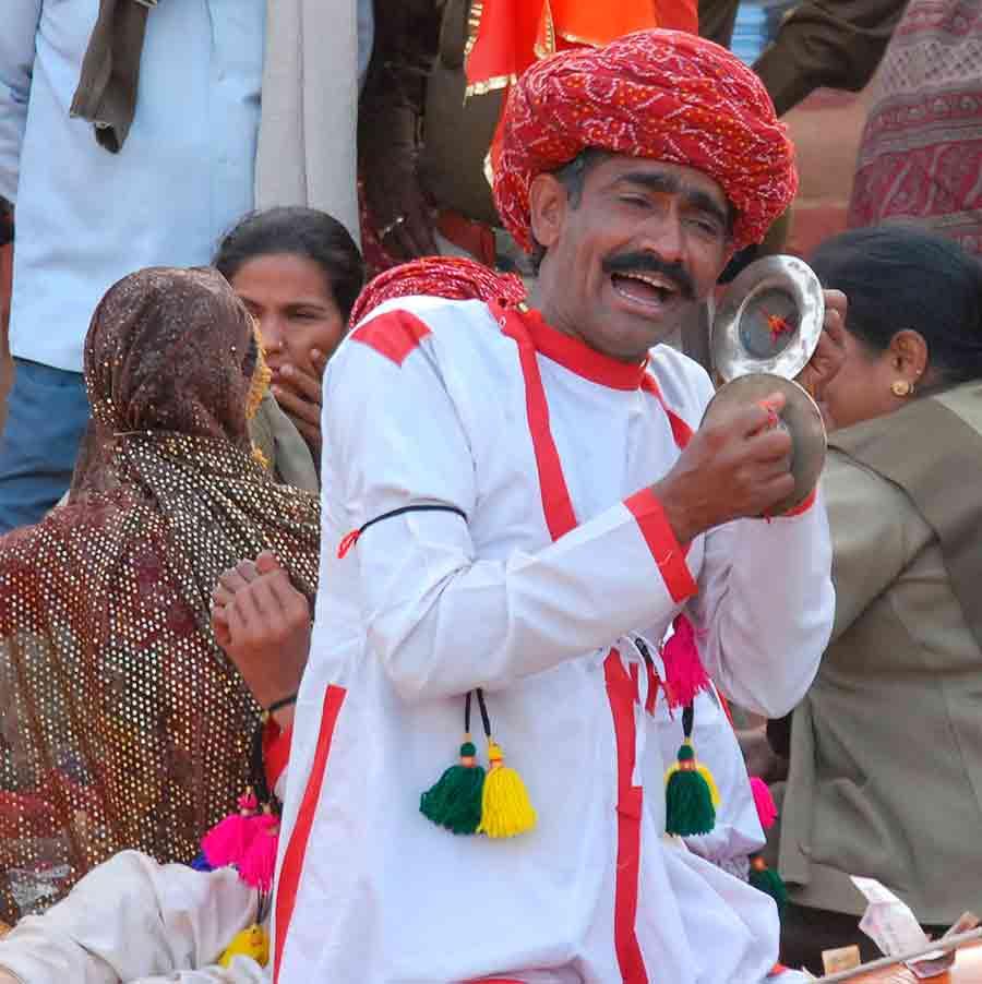 Hombre cantando en Shilpgram