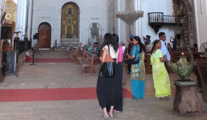 Gente en la Catedral de Se