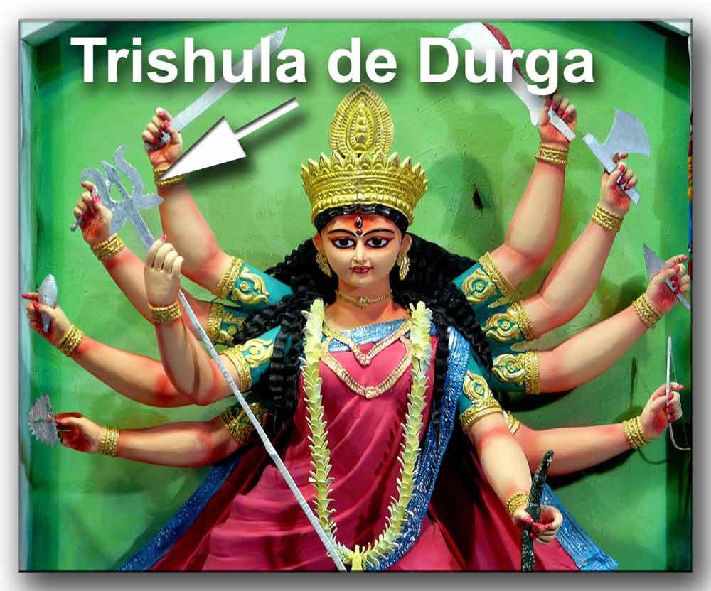 Durga con sus armas