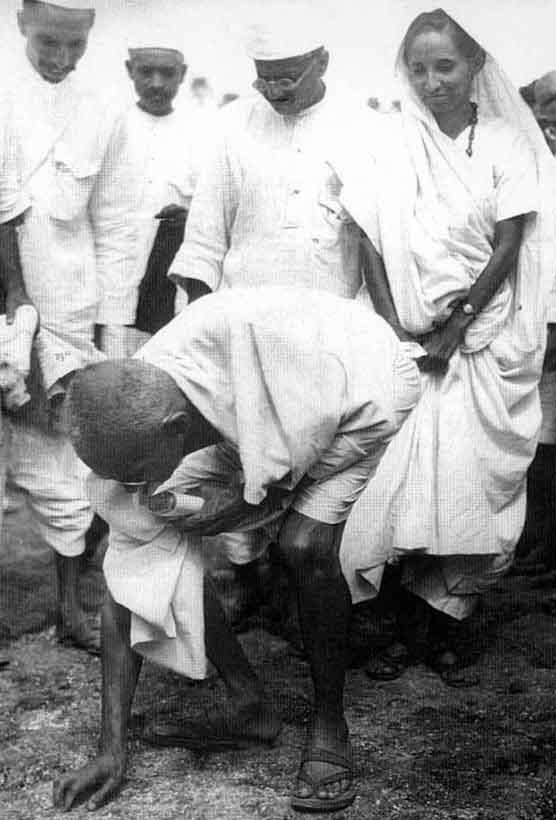 Gandhi tomando sal